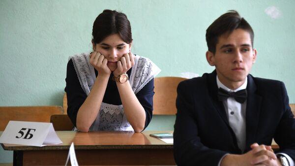 Ученики, сдающие ЕГЭ.. Архивное фото