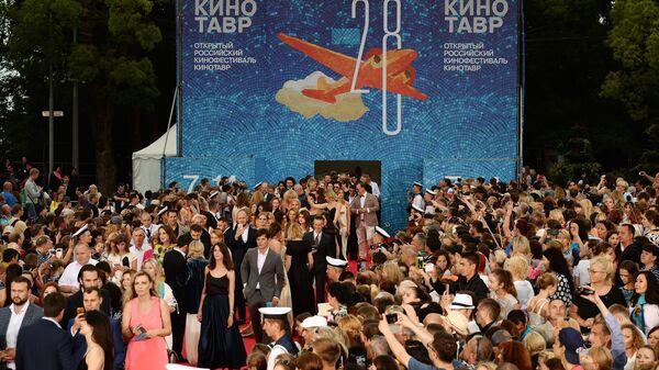 Посетители на торжественной церемонии открытия 28-го Открытого российского кинофестиваля Кинотавр в Сочи