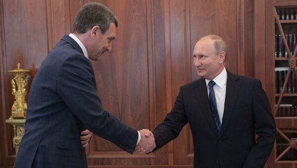 Президент РФ Владимир Путин и временно исполняющий обязанности губернатора Амурской области Василий Орлов во время встречи. 30 мая 2018