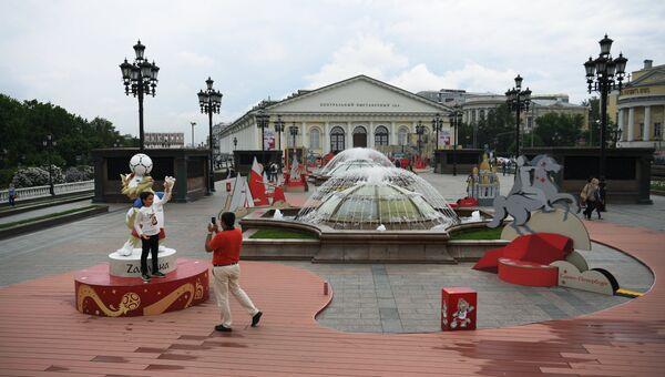 Арт-объекты, установленные к чемпионату мира по футболу 2018, на Манежной площади в Москве. Архивное фото