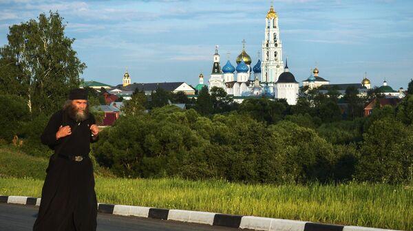 Священнослужитель неподалеку от Троице-Сергиевой лавры в городе Сергиевом Посаде