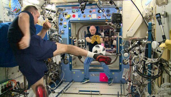 Космонавты «Роскосмоса» Антон Шкаплеров и Олег Артемьев проводят тренировку по футболу на Международной космической станции