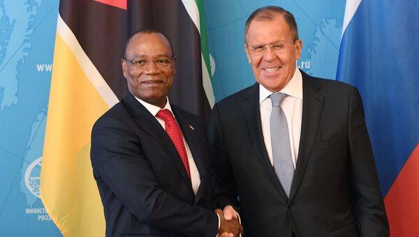 Министр иностранных дел РФ Сергей Лавров и министр иностранных дел Мозамбика Жозе Пашеку во время встречи в Москве