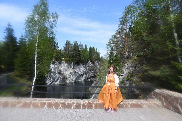 Гид в горном парке  Рускеала