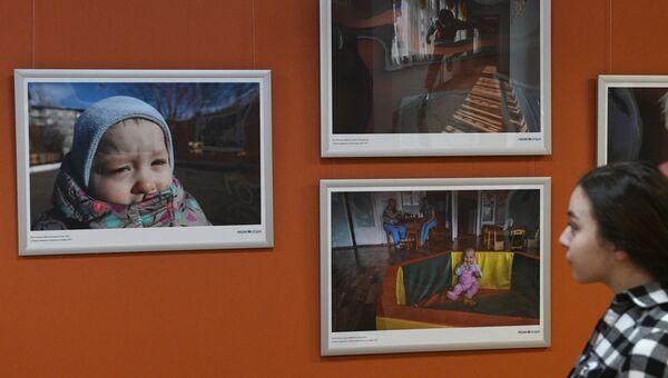 Посетительница на открытии фотовыставки Поезд надежды фотокорреспондента МИА Россия сегодня Владимира Песни. 1 июня 2018