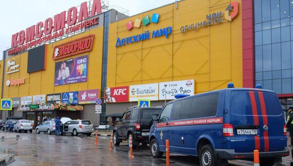 Пожарные машины у ТЦ Комсомолл в Иркутске. Архивное фото