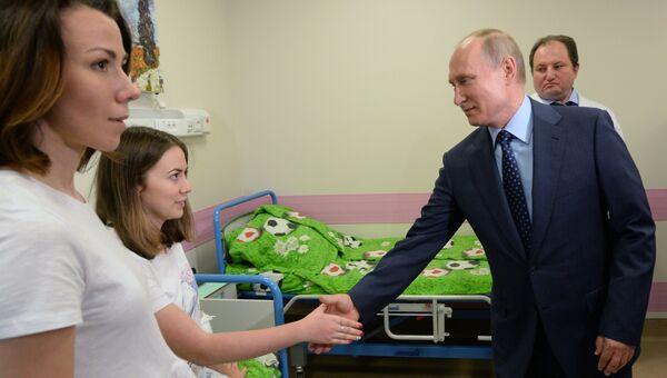 Владимир Путин во время посещения Морозовской детской городской клинической больницы. 1 июня 2018
