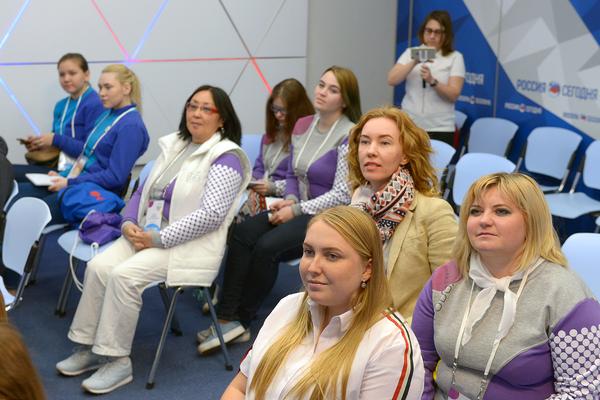Участники программы День открытых дверей Большого фестиваля добровольцев на мастер-классе Школы медиаволонтера