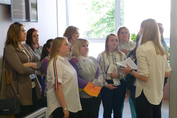 Участники программы День открытых дверей Большого фестиваля добровольцев на экскурсии по МИА Россия сегодня