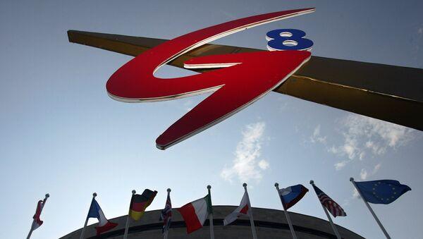Логотип G8 во время саммита в Санкт-Петербурге