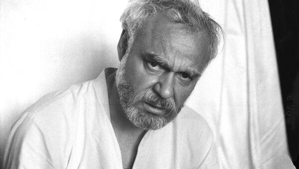 Актер Леонид Неведомский в спектакле Порог. 1984