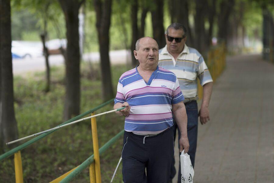 Железные перила - ориентир для слепых и слабовидящих на улице Русинова в Ермолино
