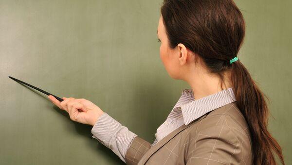 Учитель с указкой. Архивное фото.
