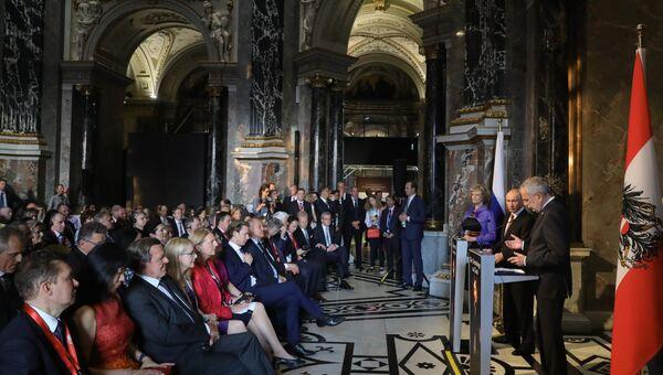 Президент РФ Владимир Путин и федеральный президент Австрийской Республики Александр Ван дер Беллен (справа) на церемонии открытия выставки Полотна старых мастеров из Эрмитажа в Венском музее истории искусств.