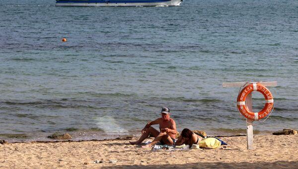 Отдыхающие на городском пляже в Евпатории. Архивное фото
