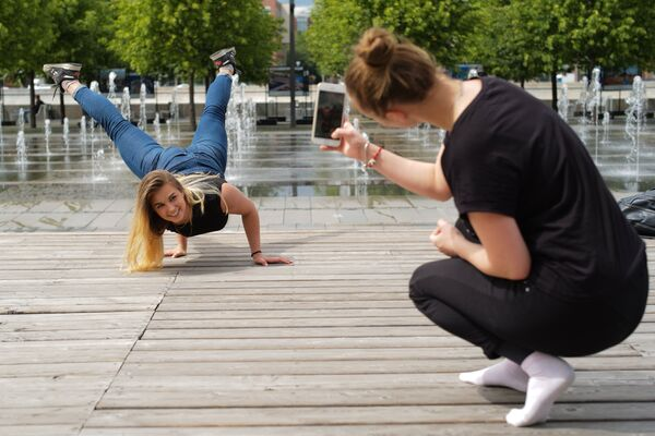 Девушки фотографируются в парке искусств Музеон в Москве