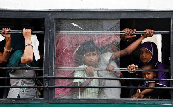 Пассажиры автобуса в Нью-Дели, Индия