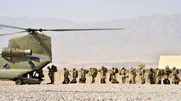 Солдаты Австралийской армии загружаются в вертолет Chinook