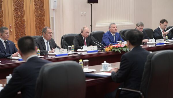 Президент РФ Владимир Путин во время встречи в Пекине с премьером Государственного Совета КНР Ли Кэцяном. 8 июня 2018