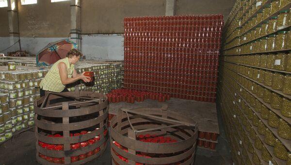 Женщина на складе в Молдавии. 2014 год
