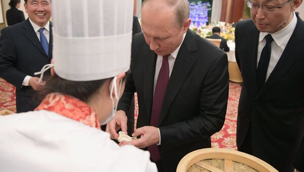 Президент РФ Владимир Путин на торжественном приеме от имени председателя КНР Си Цзиньпиня в Тяньцзине