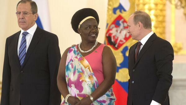16 января 2014. Президент России Владимир Путин (справа) и чрезвычайный и полномочный посол Руанды Жанна д'Арк Муджавамария. Архивное фото
