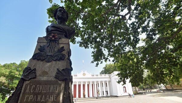 Памятник поэту А.С.Пушкину перед зданием Одесской городской думы