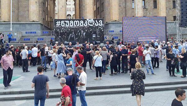 Люди перед акцей протеста в центре Тбилиси. 10 июня 2018