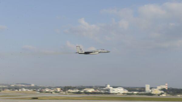 Истребитель ВВС США F-15 взлетает с базы Кадена, Япония