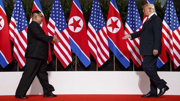 Президент США Дональд Трамп и лидер КНДР Ким Чен Ын Во время встречи в Сингапуре. 12 июня 2018