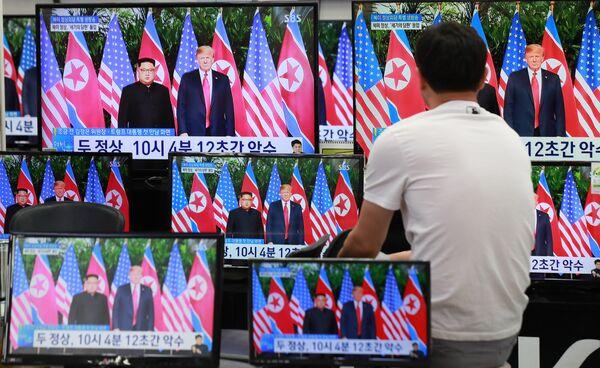 Трансляция встречи президента США Дональда Трампа и лидера КНДР Ким Чен Ына в магазине электроники в Сеуле, Южная Корея. 12 июня 2018