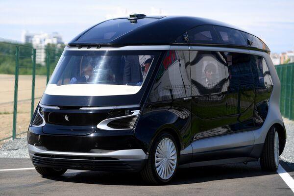 Тест-драйв прототипа беспилотного электробуса ШАТЛ, предоставленного российским производителем грузовых автомобилей Камаз, в Казани. 12 июня 2018