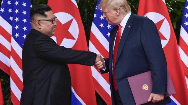 Лидер КНДР Ким Чен Ын и президент США Дональд Трамп во время встречи