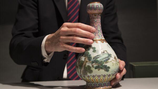 Фарфоровая ваза времен китайского императора Цяньлун, найденная на чердаке дома во Франции