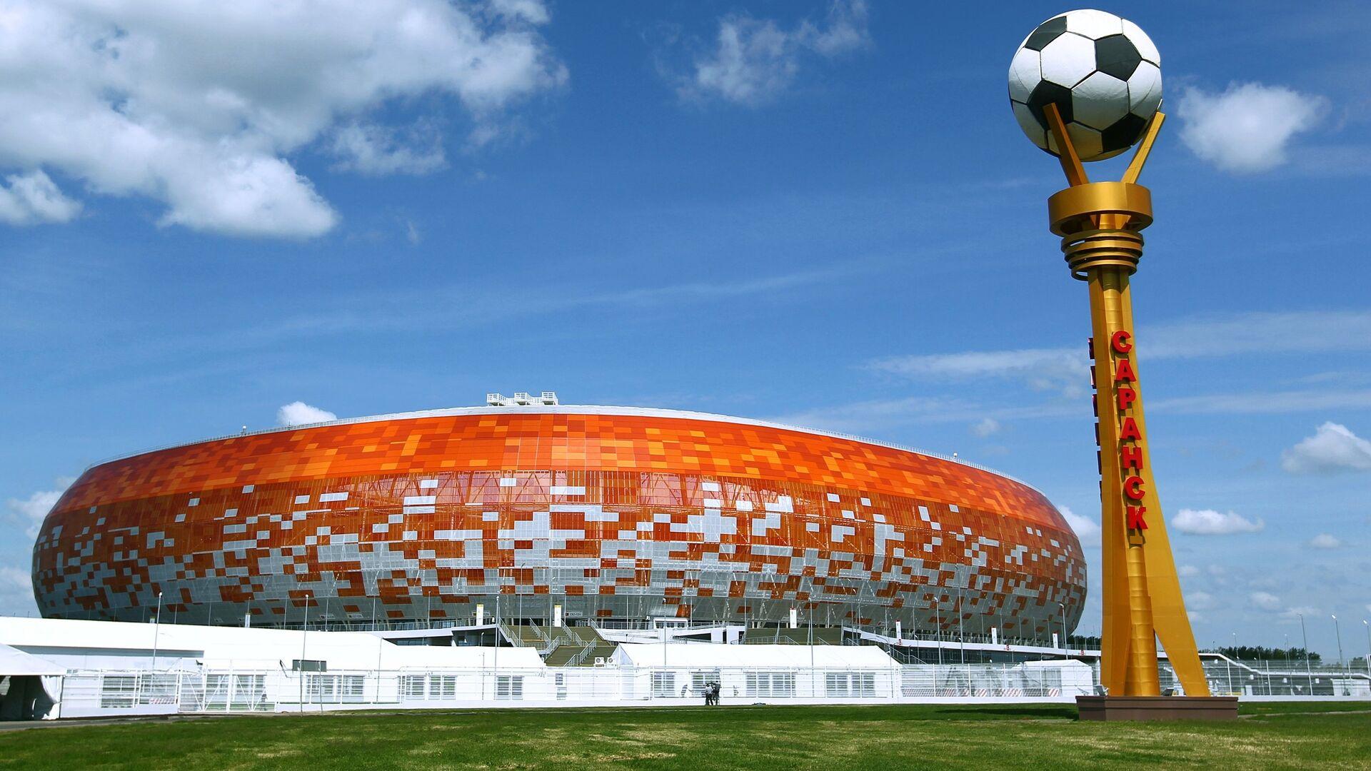 Стела с мячом возле стадиона Мордовия Арена в Саранске - РИА Новости, 1920, 15.03.2021