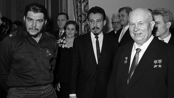 Глава правительственной экономической миссии Кубы Эрнесто Че Гевара и Первый секретарь ЦК КПСС, Председатель Совета Министров СССР Никита Сергеевич Хрущев в посольстве Республики Кубы в Москве