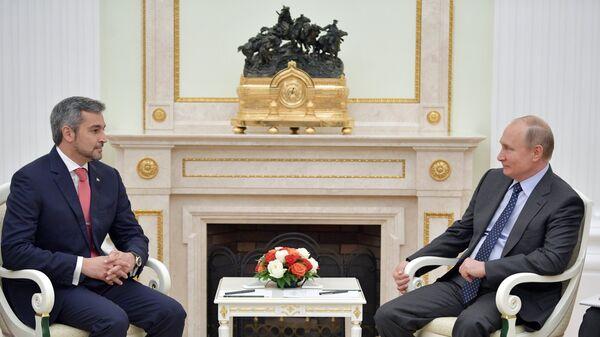 Владимир Путин и президент Парагвая Марио Абдо Бенитес во время встречи