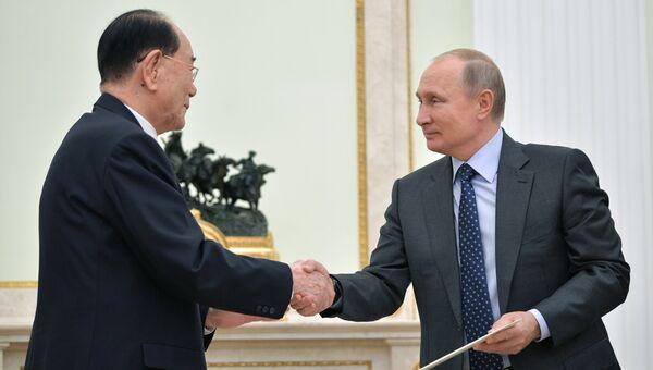 Президент РФ Владимир Путин и председатель президиума верховного народного собрания КНДР Ким Ен Нам во время встречи. 14 июня 2018