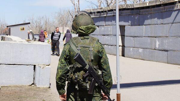Военнослужащий на КПП Станица Луганская