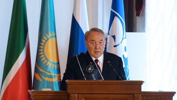 Президент Казахстана Нурсултан Назарбаев во время посещения Казанского (Приволжского) федерального университета. 15 июня 2018