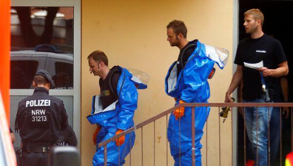 Сотрудники в защитных костюмах покидают квартиру 29-летнего Сифа Аллаха, туниссца, который был задержан за подозрение в производстве биологического оружия с использованием рицина. 15 июня 2018