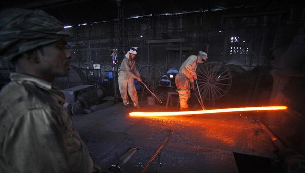 Рабочие на металлургическом заводе в Индии