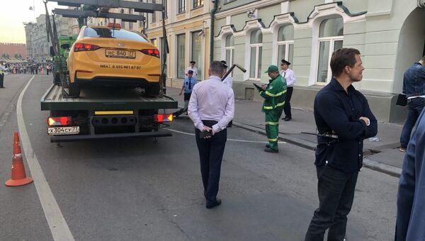 На месте наезда такси на пешеходов на улице Ильинка в Москве. 16 июня 2018