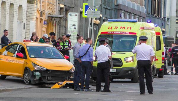 Последствия ДТП с участием автомобиля такси, совершившего наезд на пешеходов на улице Ильинка в Москве. Архивное фото