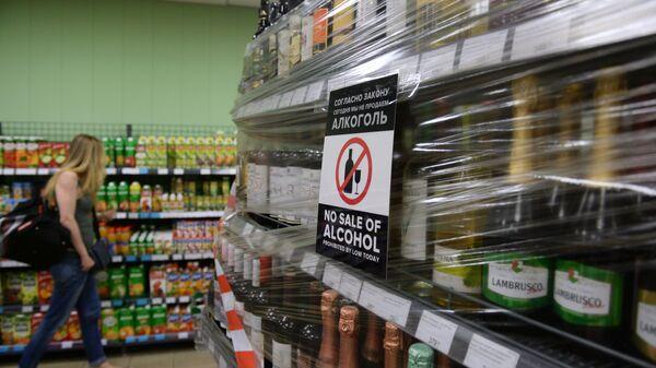 Стеклянные бутылки с алкоголем, запрещённые к продаже во время чемпионата мира по футболу, на витрине магазина в Волгограде