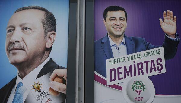 Плакаты с изображениями кандидатов в президенты Турции Реджепа Тайипа Эрдогана и Селахаттина Демиртаса. Архивное фото