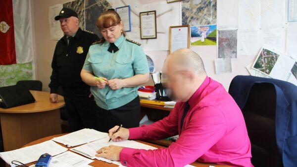 Судебные приставы в Качканаре арестовали мобильный телефон чиновника за долги, Свердловская область. 20 июня 2018