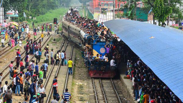 Поезд с пассажирами в Дакке, Бангладеш