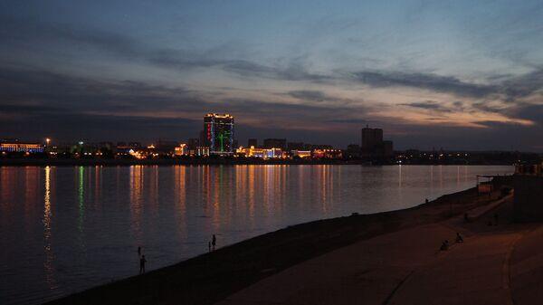 Вид на китайский город Хэйхэ с набережной реки Амур в городе Благовещенске