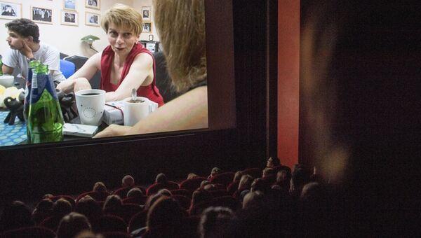 Показ документального фильма в кинотеатре Пионер